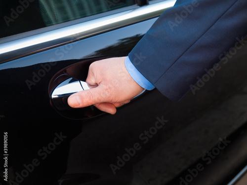 Photographie  Chauffeur's hand opening passenger door