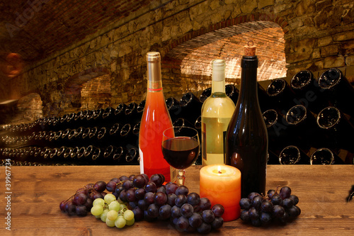 Photo calici di vino con sfondo di cantina