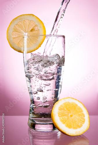 wylewanie-wody-mineralnej-w-szkle-z-cytryna-na