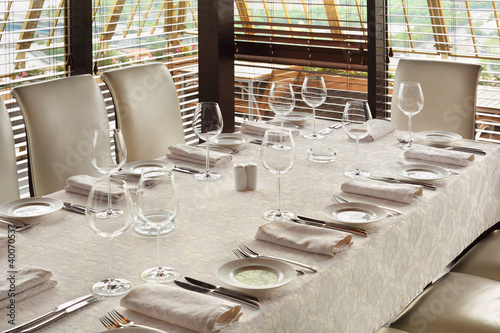 Photo beautiful serving at table with tablecloth in empty restaurant