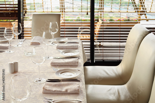 Photo beautiful serving at table with white tablecloth and chairs