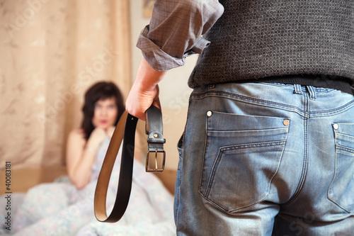 Plakaty o przemocy para-kloca-sie-o-cudzolostwo