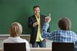 Klassenzimmer mit Schüler und Lehrer.