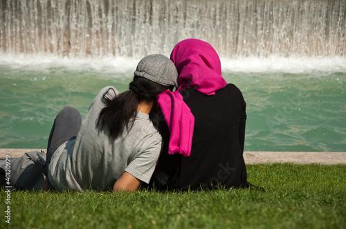 jeunes femmes musulmanes au trocadéro à Paris Fototapete