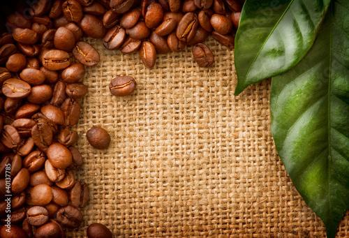 projekt-granicy-kawy-ziarna-kawy-i-lisci