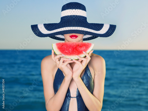 mloda-dama-przy-morzem-z-arbuzem
