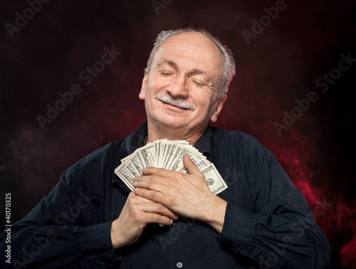 Photo old man holding dollar bills
