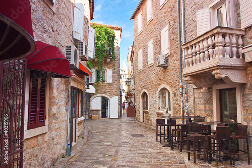 Cadres-photo bureau Ruelle etroite view narrow street in old district of Budva, Montenegro