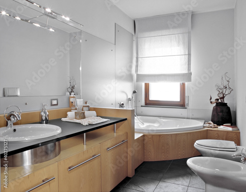 Bagno moderno con vasca angolare buy this stock photo and