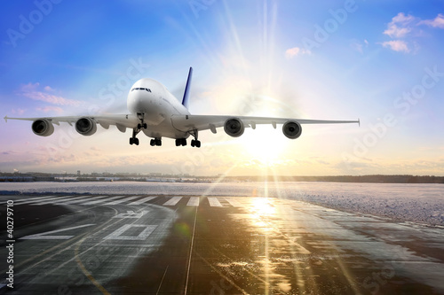 Photo sur Plexiglas Avion à Moteur Passenger airplane landing on runway in airport. Evening
