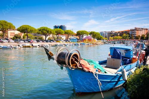 "Community Maske ""army blue"" - Beautiful fisherman boat in the city centre of Grado, Italy. (von JFL Photography)"