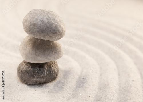 Photo sur Plexiglas Zen pierres a sable pierres en équilibre dans le sable fin