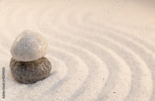 Photo sur Plexiglas Zen pierres a sable deux petits galets superposés dans le sable