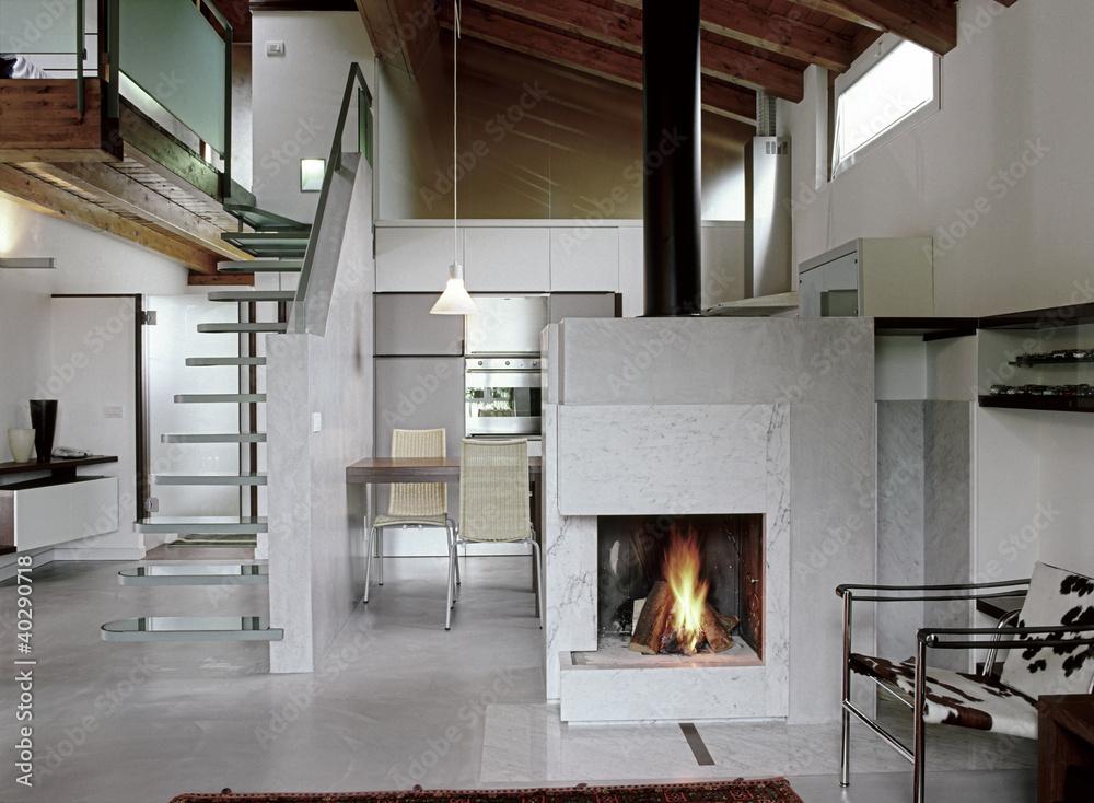 soggiorno moderno con camino acceso in mansarda Foto, Poster ...