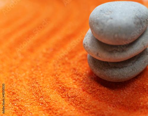 Photo sur Plexiglas Zen pierres a sable trois galets en équilibre méditation sur sable orange