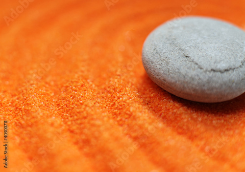 Photo sur Plexiglas Zen pierres a sable galet sur sable de couleur orange