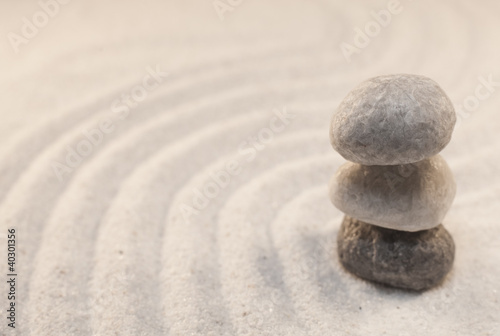 Photo sur Plexiglas Zen pierres a sable pierres en équilibre dans le sable blanc
