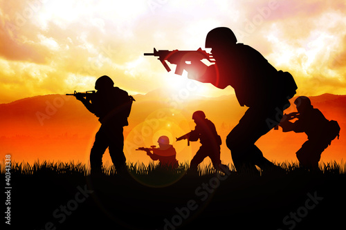 Poster Militaire Silhouette illustration of soldiers on the field