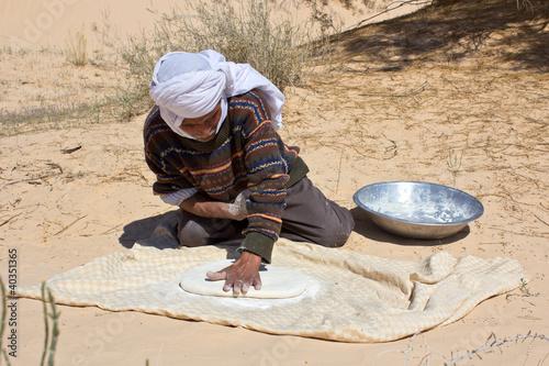 Poster Tunesië Homme préparant le pain traditionnel tunisien