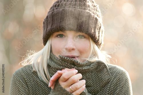 Junge Frau im Herbst Fototapete