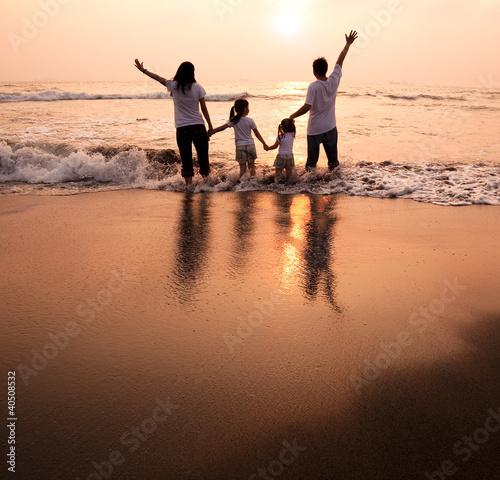 einzelne bedruckte Lamellen - happy family  holding hands on beach and watching the sunset (von Tom Wang)
