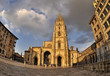 Nubes sobre la catedral de Oviedo.