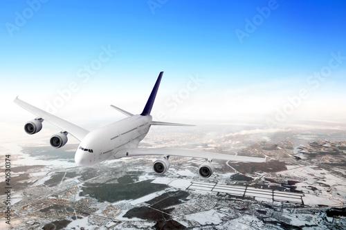 Plakaty samoloty   nowozytny-samolot-w-niebie-blisko-lotniska