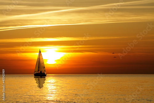 Poster Mer coucher du soleil Sailing at sunset