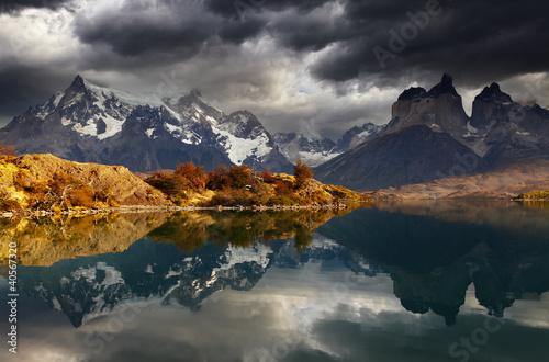 Fototapety do pokoju krajobraz-gorski-w-aurze-wschodzacego-slonca