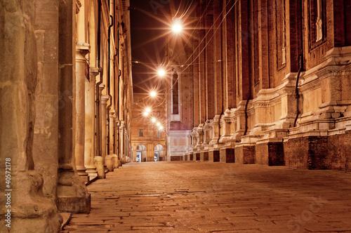 ulica-starego-miasta-w-nocy-bolonia-wlochy