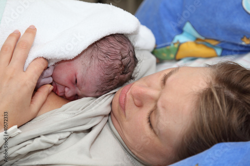 Fotografía  Newborn baby with mother minutes after the birth
