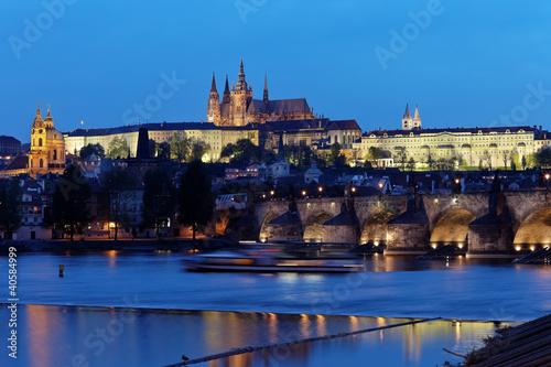 Staande foto Praag Prag, Karlsbrücke und Prager Burg Hradschin bei Na