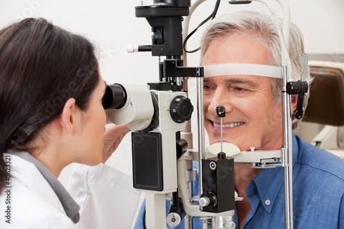Fotografía  Man Undergoing a Visual Field Test
