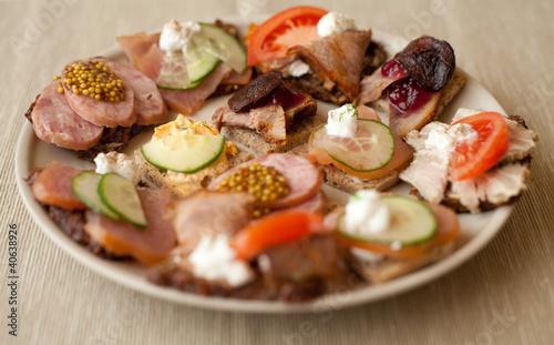 Obraz kanapka mięso szynka kiełbasa polędwica przystawka catering - fototapety do salonu