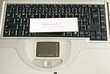 """Zettel """"Elternzeit"""" auf Tastatur eines Laptops"""