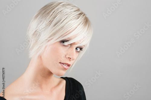 Foto op Plexiglas Kapsalon Hübsche Frau mit trendiger Frisur