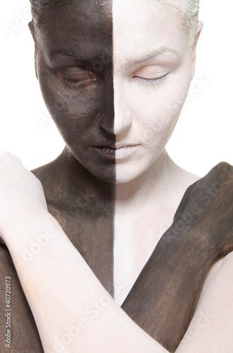 portret-kobiety-w-czarno-bialy-makijaz