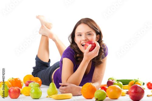 Plakaty o zdrowiu   zdrowa-zywnosc-mloda-kobieta-z-owocami