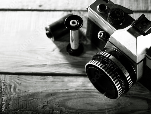 obraz PCV Vintage 35 mm aparat fotograficzny na drewniane biurko