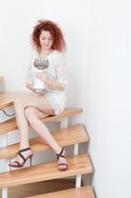 Fraun Sitzt Auf Der Treppe
