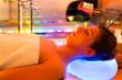 canvas print picture - Frau bei einer Behandlung in Spa mit Farbtherapie