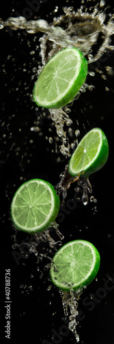 Photo sur Toile Eclaboussures d eau limes with water splash