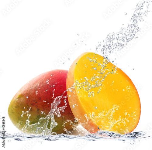 Tuinposter Opspattend water mango splash