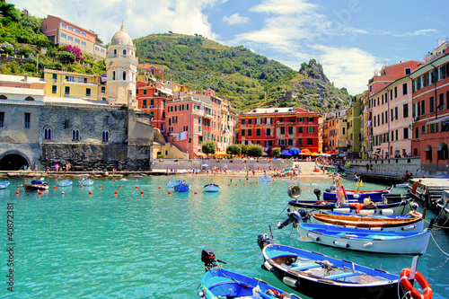 Tuinposter Liguria Colorful harbor at Vernazza, Cinque Terre, Italy
