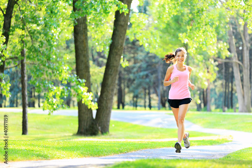 Foto  Jogging woman running in park