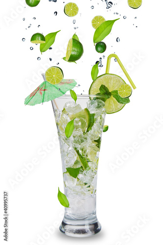 Spoed Foto op Canvas Opspattend water Fresh mojito drink with falling limes into glass
