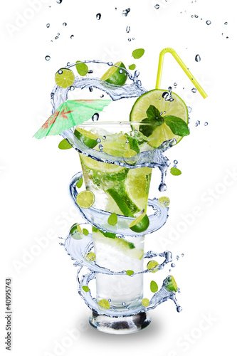 Spoed Foto op Canvas Opspattend water Fresh mojito drink with splash spiral around glass