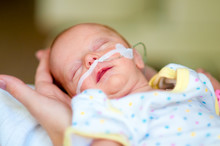 Frühgeborenes Gehalten