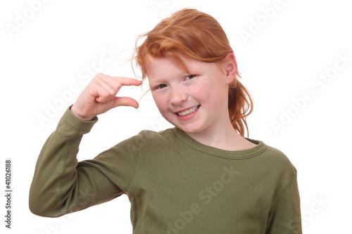 Junges Mädchen zeigt ein wenig mit den Fingern Stock-Foto