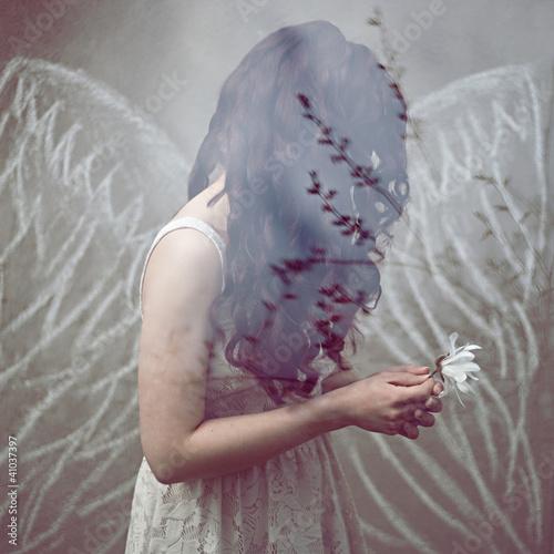 piękna młoda kobieta skrzydła aniołek sukienka panna młoda loki - fototapety na wymiar